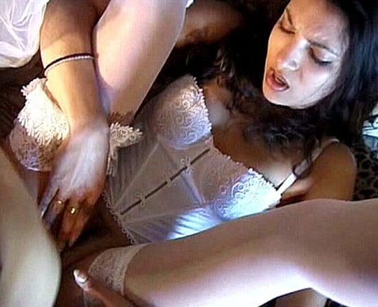 Khadija algérienne en lingerie baisée dans le salon