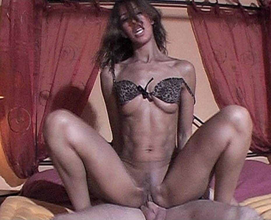 Yasmine, en lingerie léopard, se fait enculer