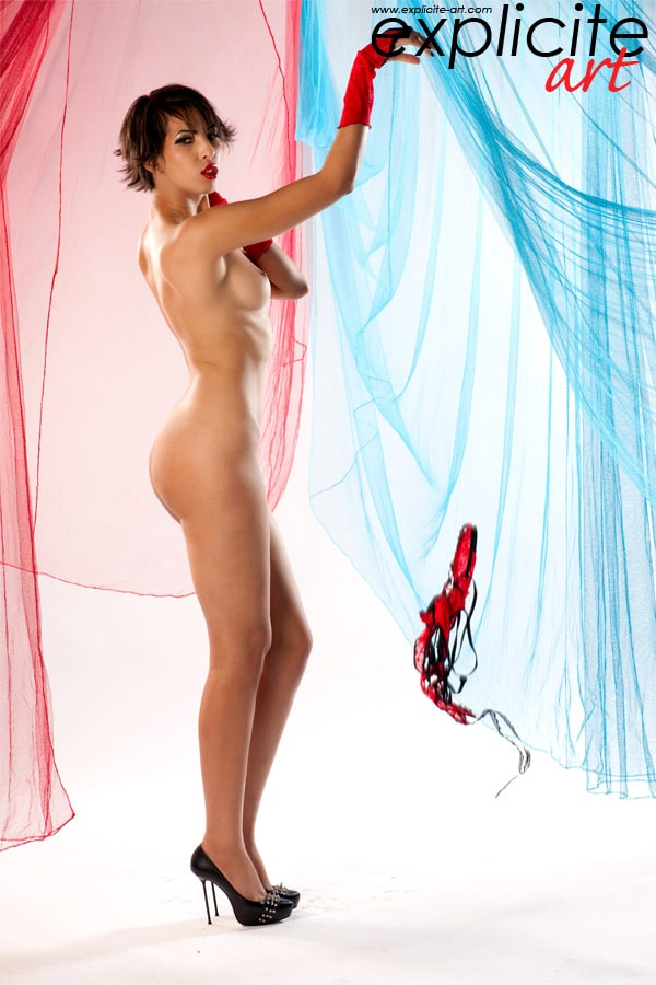 Miss Arabia toute nue perchée sur ses talons noirs