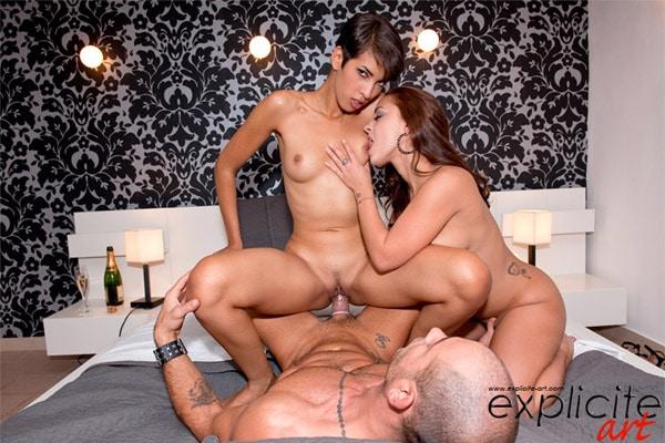 Liza embrasse les petits seins de Jasmine