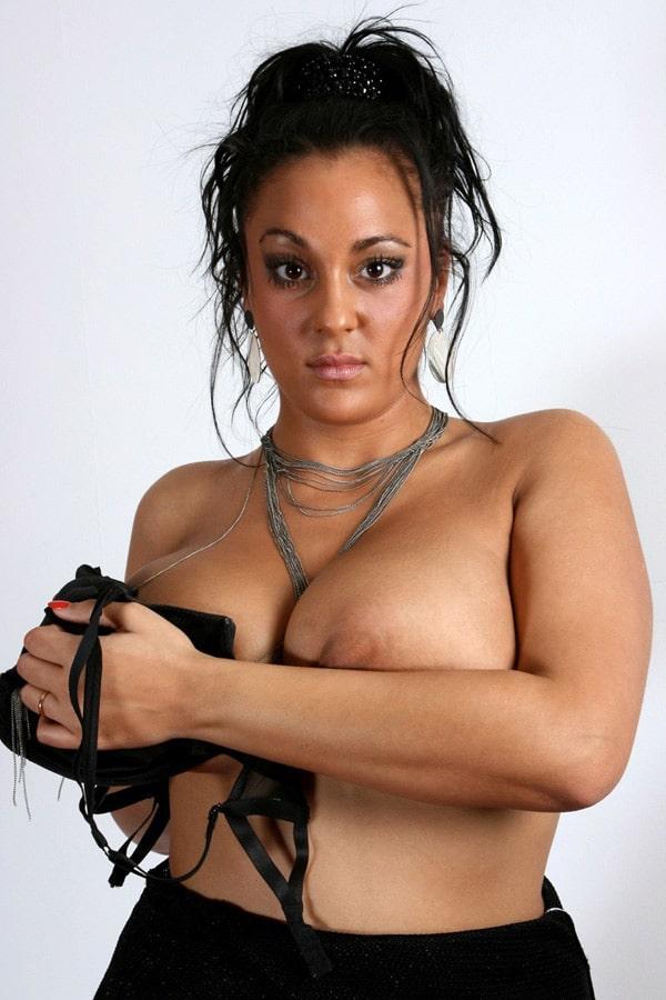 Amel, algérienne grassouillette aux seins énormes veut baiser