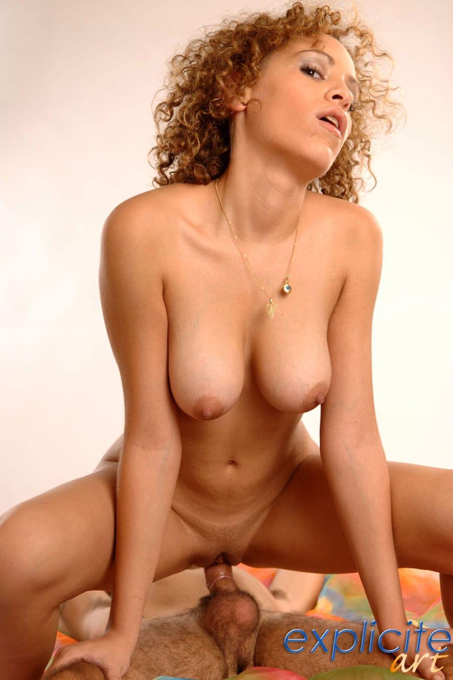 Perle, bonnasse algérienne aux seins parfaits en baise POV