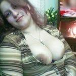 Femme au foyer syrienne à gros-seins
