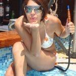 Libanaise sexy en bikini au bord de la piscine