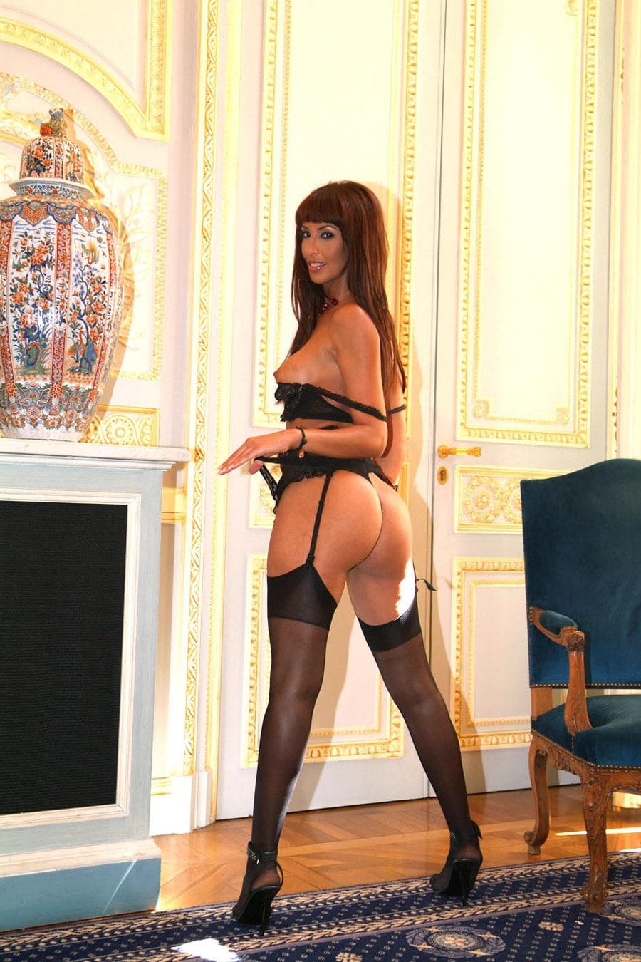 yasmine-bourgeoise-marocaine-sexy-porte-jarretelles-4