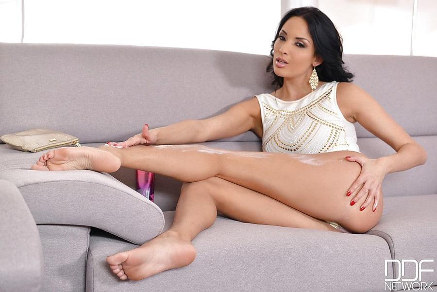 Anissa Kate ses belles jambes et ses pieds superbes