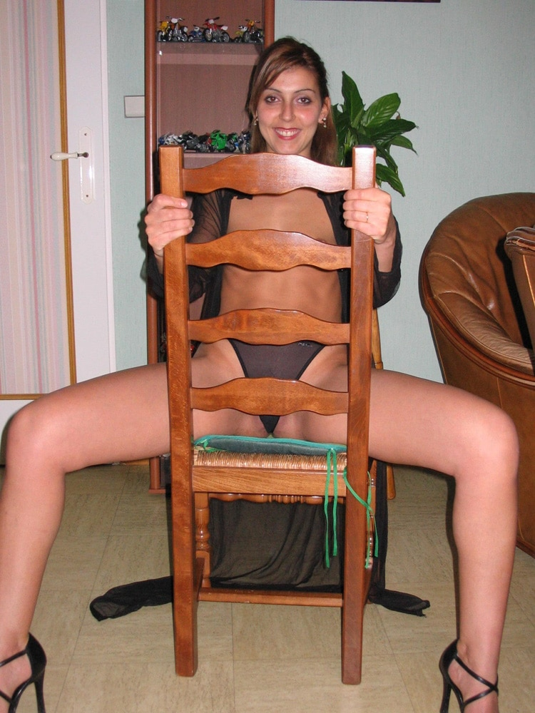 Karima en culotte sur la chaise